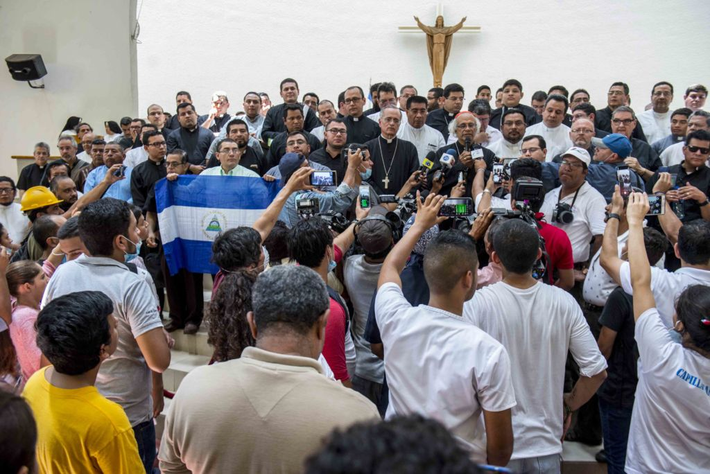 Estuduiantes en Catedral de Managua.jpg
